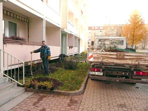 Helmut Engelmann beim Pflanzen im Wohngebiet Goethestraße